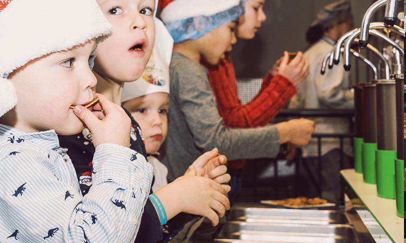 Kinderfeestje bij de siroopwafelfabriek